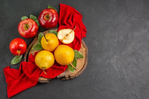 Bovenaanzicht verse zoete peren met appels op de donkere tafel verse zachte kleur rijp