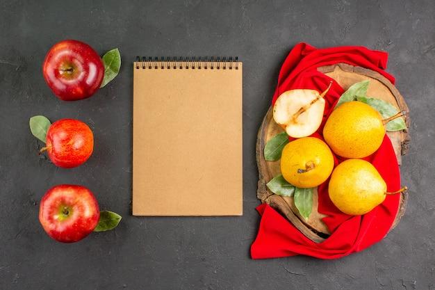 Bovenaanzicht verse zoete peren met appels op de grijze tafel rode rijpe verse zachte boom