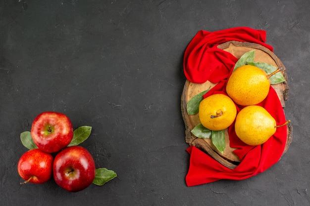 Bovenaanzicht verse zoete peren met rode appels op grijze tafel rode verse zachte boom rijp