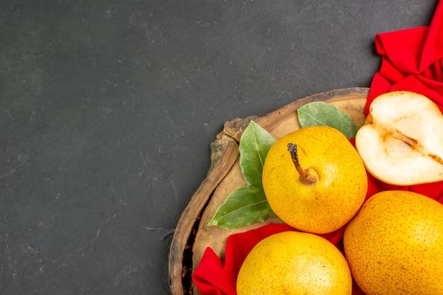 Bovenaanzicht verse zoete peren op rood weefsel en donkere vloer frisse kleur rijp zacht
