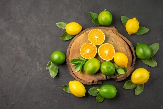 Bovenaanzicht verse zure citroenen op de donkere tafel citrus limoen fruit