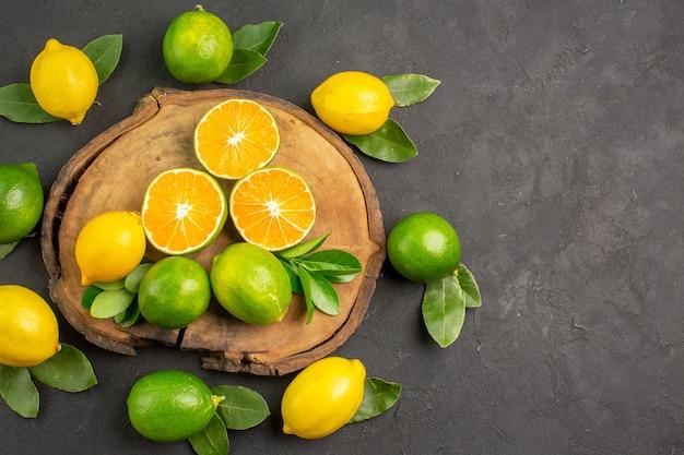 Bovenaanzicht verse zure citroenen op de donkere tafel limoen citrusvruchten