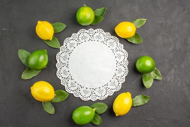 Bovenaanzicht verse zure citroenen op de donkergrijze tafel limoen fruit citrus