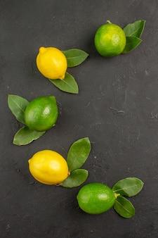 Bovenaanzicht verse zure citroenen op donkergrijze tafelvruchten citrus limoen Gratis Foto