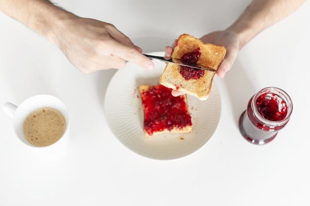 Bovenaanzicht verspreidt kersenjam op toast