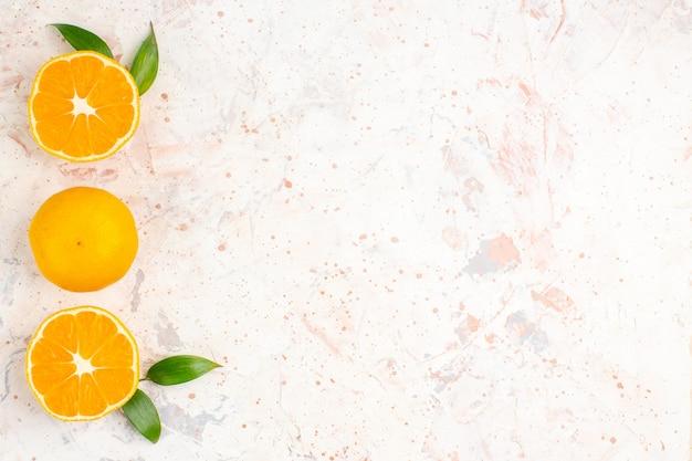 Bovenaanzicht verticale rij verse mandarijnen op helder geïsoleerd oppervlak met vrije ruimte