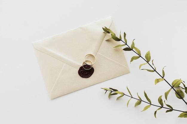 Bovenaanzicht verzegelde bruiloft uitnodiging op tafel