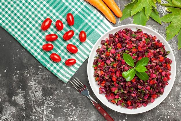 Bovenaanzicht vinaigrette salade met bieten en bonen op donkere ondergrond
