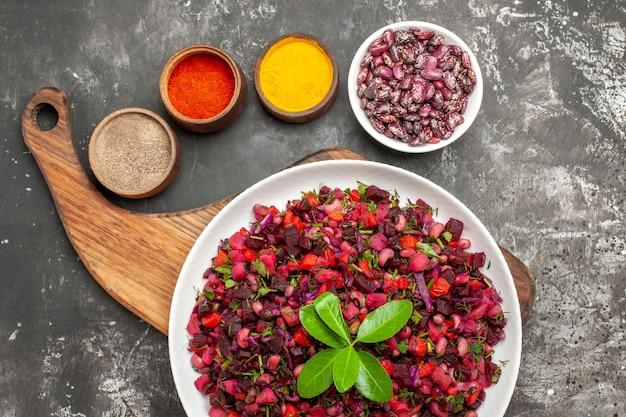 Bovenaanzicht vinaigrette salade met bieten en bonen op het grijze oppervlak