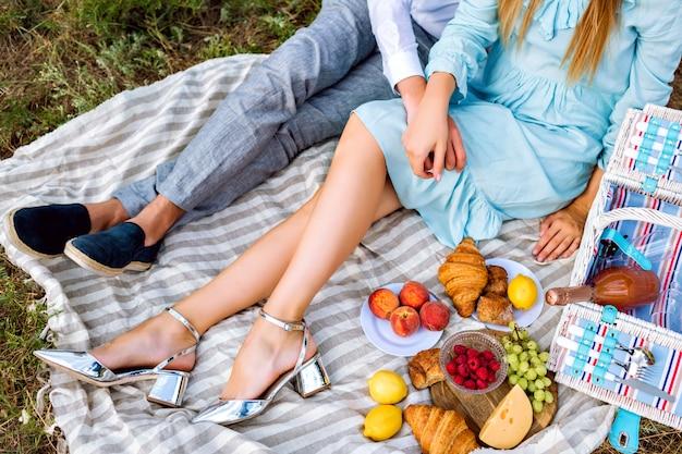 Bovenaanzicht vintage stijl afbeelding van elegante paar genieten van picknick op platteland