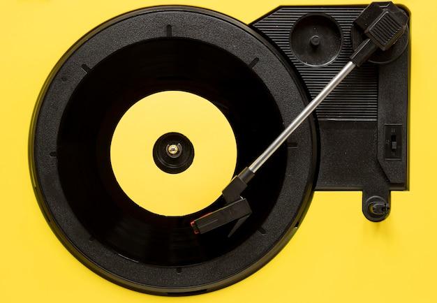 Bovenaanzicht vinyl op gele achtergrond
