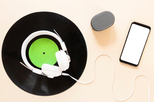 Bovenaanzicht vinyl schijf met mock-up smartphone