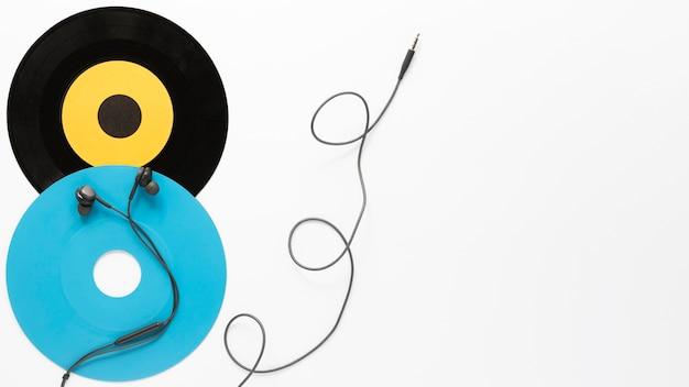 Bovenaanzicht vinyl schijven met witte achtergrond