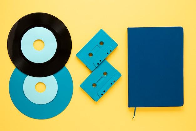 Bovenaanzicht vinyl schijven op gele achtergrond