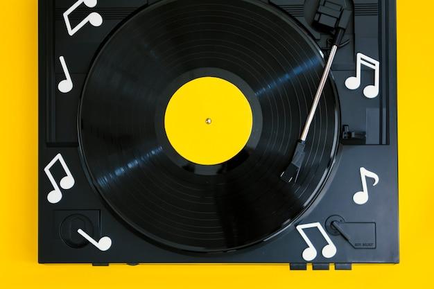 Bovenaanzicht vinylplaat in speler