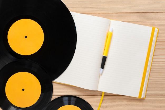 Bovenaanzicht vinylschijven met een notebook