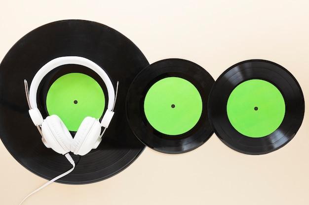 Bovenaanzicht vinylschijven met headseat