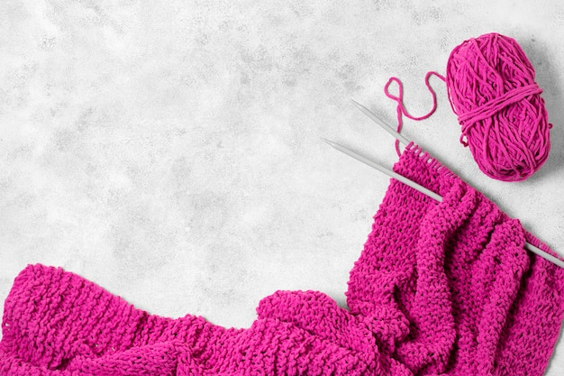 Bovenaanzicht violet draad en naalden