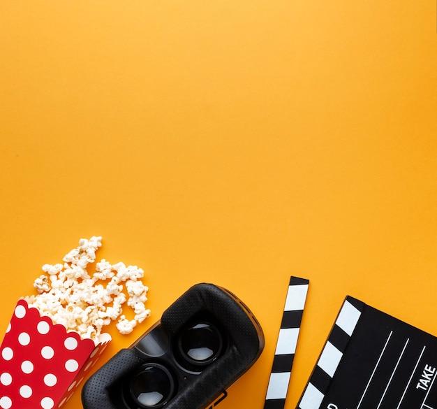 Bovenaanzicht virtual reality headset en popcorn