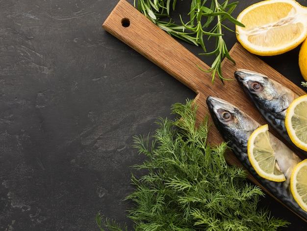 Bovenaanzicht vis en citroen arrangement
