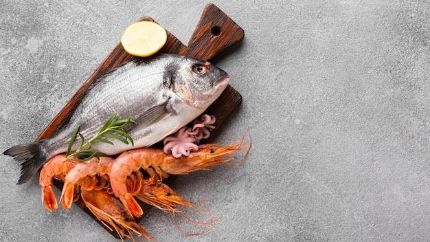 Bovenaanzicht vis en garnalen op houten bodem