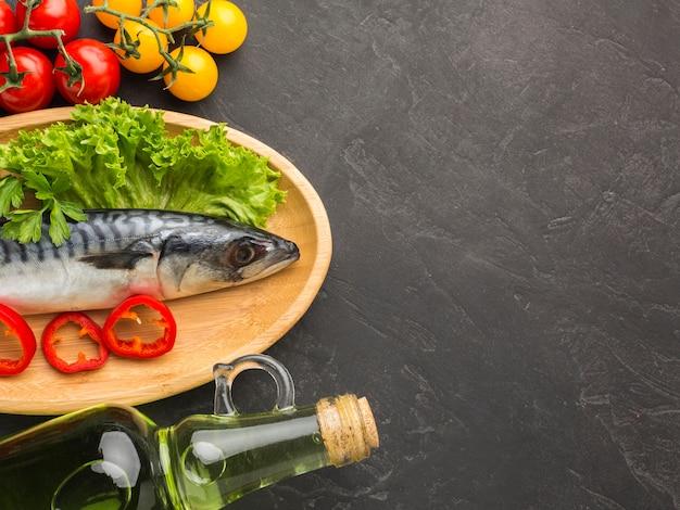 Bovenaanzicht vis en groenten arrangement