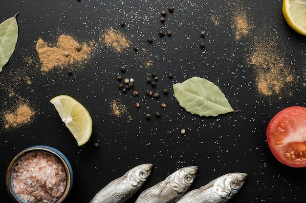 Bovenaanzicht vis en kruiden