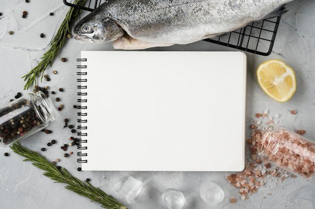 Bovenaanzicht vis- en notitieboekje arrangement