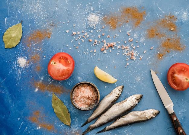 Bovenaanzicht vis en tomaten arrangement