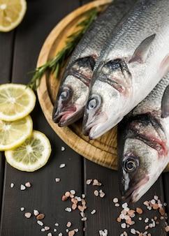 Bovenaanzicht vis met citroen en zout