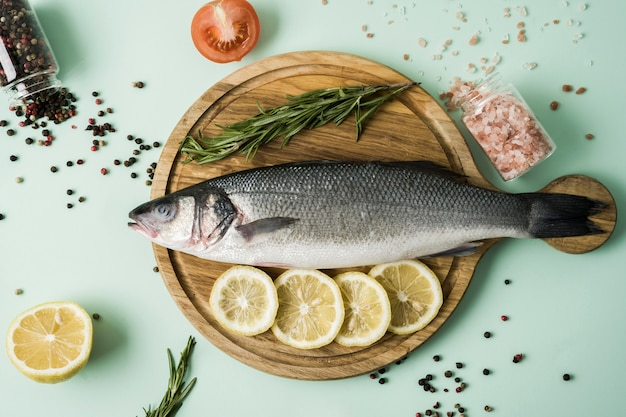 Bovenaanzicht vis met kruiden en citroen