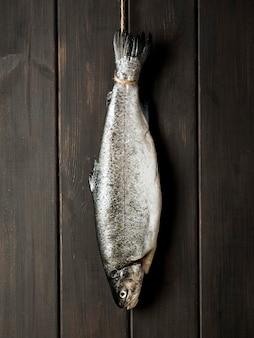 Bovenaanzicht vis op houten tafel