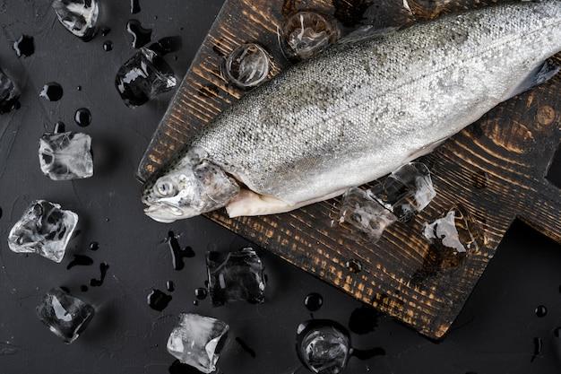 Bovenaanzicht vis op ijsblokjes
