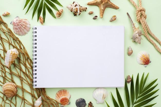 Bovenaanzicht visnet naast notebook