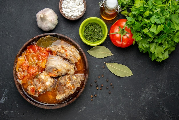 Bovenaanzicht vleessoep met groen op donker vlees kleur grijze saus maaltijd warm eten aardappel foto diner gerecht