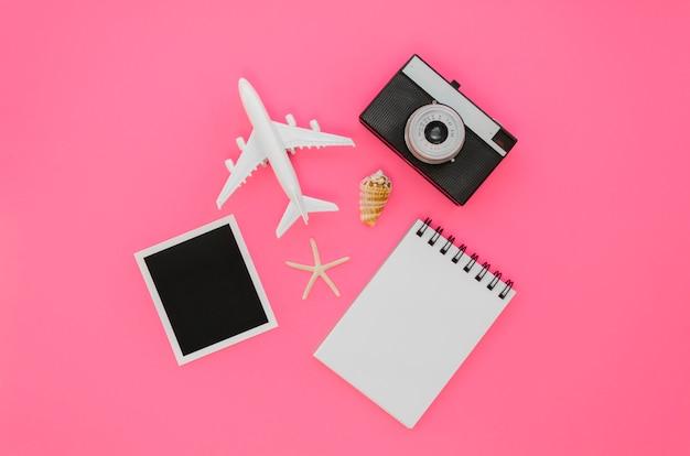 Bovenaanzicht vliegtuig met camera en laptop