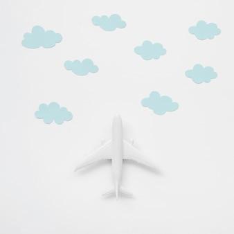 Bovenaanzicht vliegtuig speelgoed met wolken