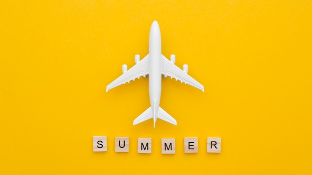 Bovenaanzicht vliegtuig speelgoed op tafel met zomer bericht