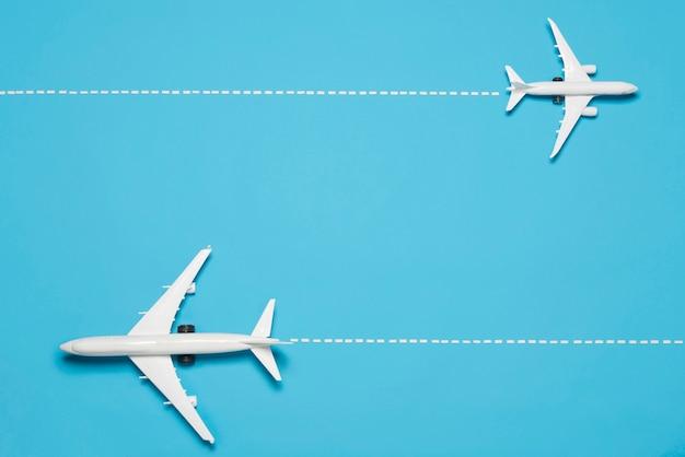 Bovenaanzicht vliegtuigen op blauwe achtergrond