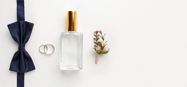 Bovenaanzicht vlinderdas en parfum bruiloft concept