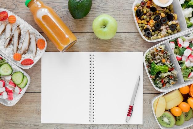 Bovenaanzicht voedsel arrangement met notebook