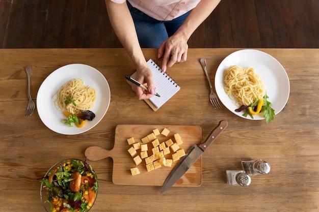 Bovenaanzicht voedsel arrangement op tafel