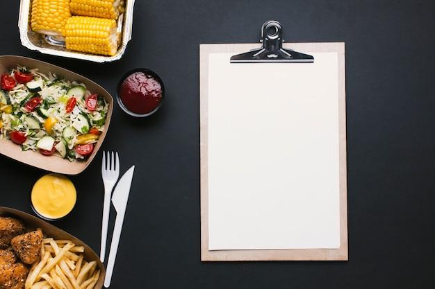 Bovenaanzicht voedsel frame met klembord