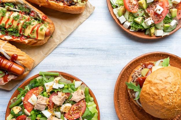 Bovenaanzicht voedsel oppervlak met verschillende gerechten op plaat