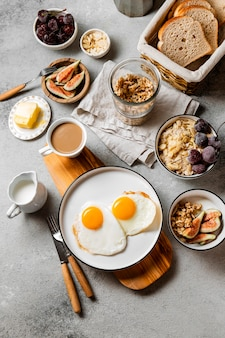 Bovenaanzicht voedzame ontbijtmaaltijdsamenstelling