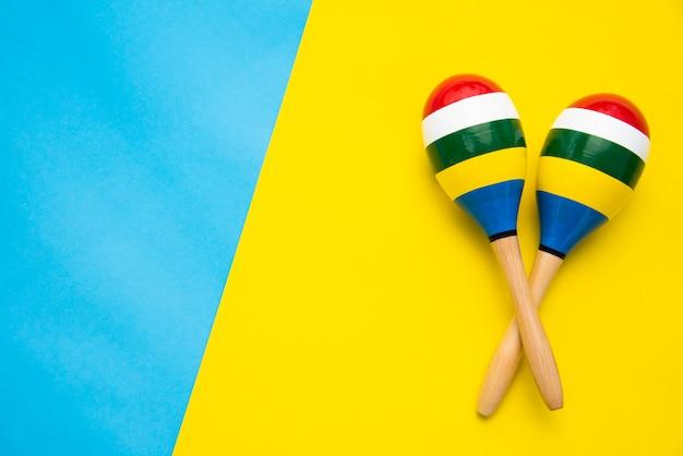 Bovenaanzicht voor maracas mooie kleur op een kleurrijke achtergrond.