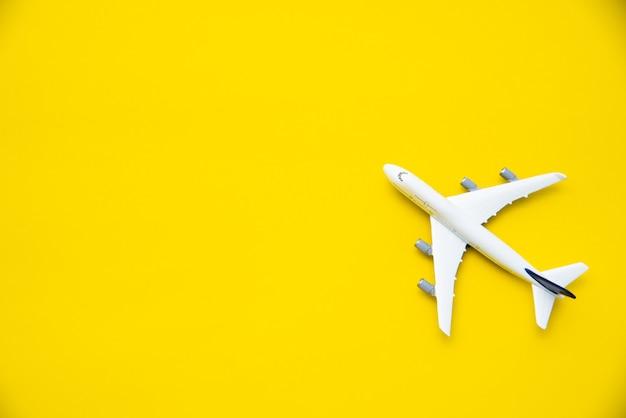 Bovenaanzicht voor vliegtuigmodellen op een gele achtergrond.
