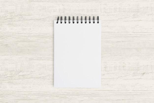 Bovenaanzicht voor zakelijke achtergrond. leeg notitieboekje voor het schilderen, tekenen en schetsen op hout.