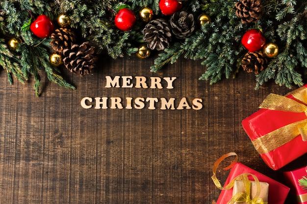 Bovenaanzicht vrolijk kerstfeest belettering met kopie ruimte
