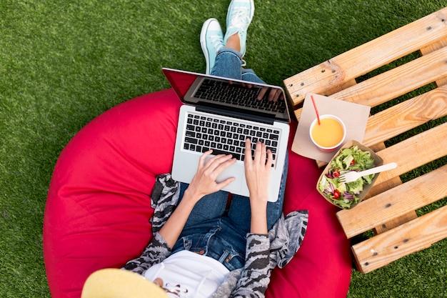 Bovenaanzicht vrouw die op laptop werkt